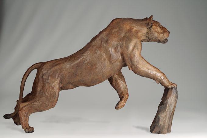 sculpture en bronze d 39 une lionne en chasse. Black Bedroom Furniture Sets. Home Design Ideas